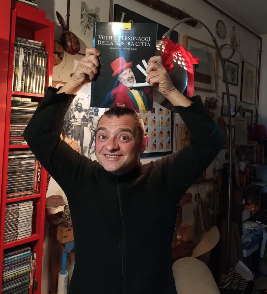 """Nicola Gaggi, front-man della Borghetti Bugaron Band con il libro fotografico di Paolo Del Bianco """"Volti e personaggi della nostra città"""""""